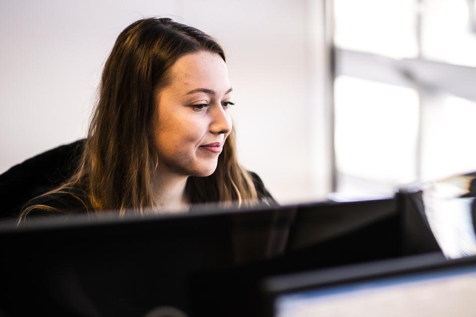 Fiscaal en administratief adviseur aan het werk op kantoor van boekhouder profinancials in eindhoven