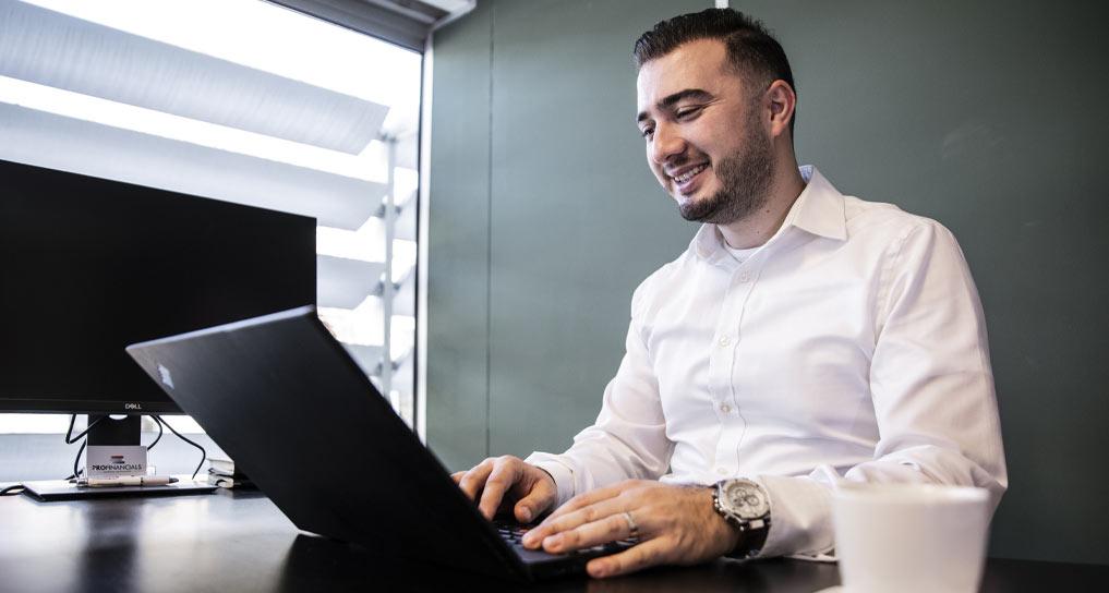 Financieel expert Ferhat Sanci werkt aan bedrijfsadministratie - Profinancials boekhouders en belastingadvies